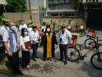 Apresiasi Wisudawan Terbaik, Rektor Ubaya Dan Mahasiswa Ngonthel bersama Kirim Toga