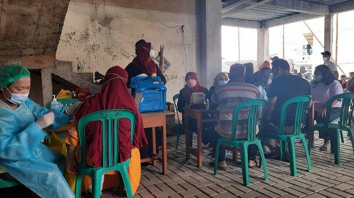 Warga Antusias Vaksinasi Covid-19 di Masjid Al Hikmah Tanah Tinggi Tangerang