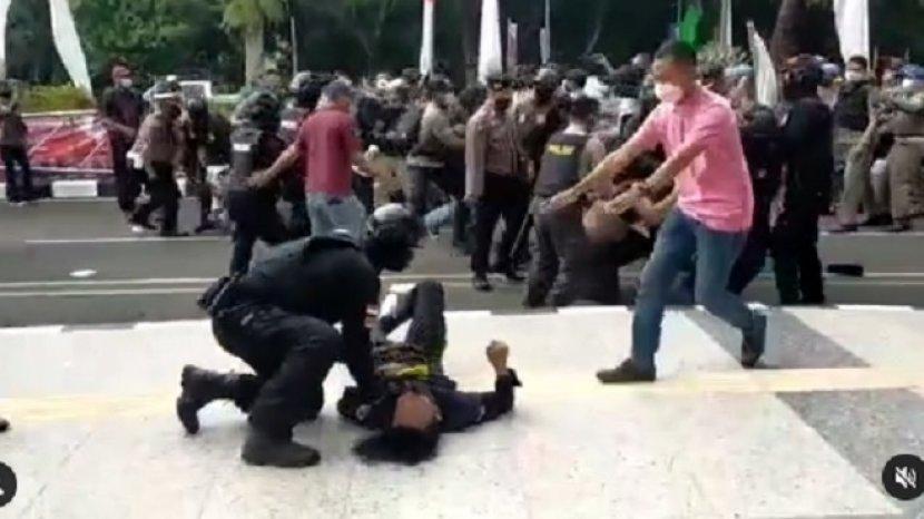 seorang-anggota-polisi-membanting-mahasiswa-peserta-demo-di-depan-Kantor-Bupati-Tangerang.jpg