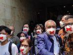 Masker-dengan-motif-bertanda-silang-warna-merah-Direktur-Lokataru-Haris-Azhar.jpg