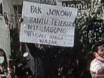 Pria-Blitar-Bentangkan-Poster-Depan-Jokowi.jpg