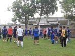 Skuad-Persikota-Tangerang-mendengarkan-pengarahan-seusai-latihan.jpg