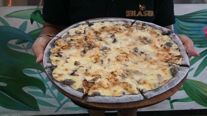 Gurih Dan Lezatnya Pizza Hitam Ala Warung Blaster