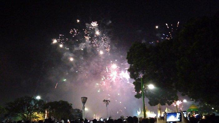 Akhir Tahun 2019 Warga Nikmati Pesta Kembang Api di Denpasar Festival