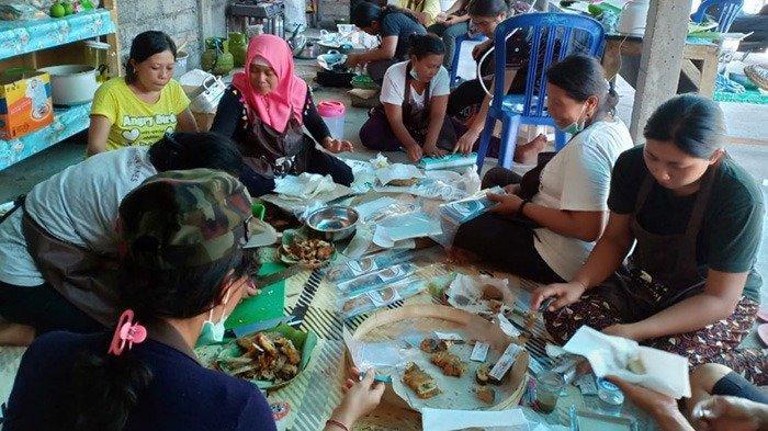 Ibu-Ibu Di Kampung Bandeng Dan Agrowisata Rubah Ikan Bandeng Menjadi  Olahan Kuliner Yang Lezat