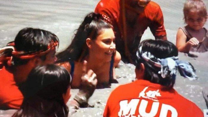 Wow, Kim Kardashian Ajak Saudarinya Main Lumpur di Mepantigan Bali