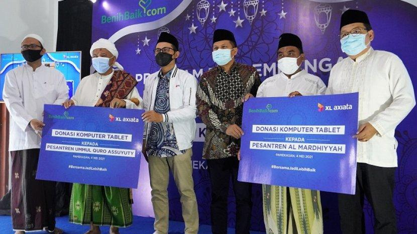 Kembangkan Desa Digital,XL Axiata Donasikan 100 Laptop ke Belasan Pesantren