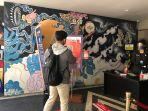 Seorang-pengunjung-melakukan-uji-coba-aplikasi-PeduliLindungiid-di-Level-21-Mall-Denpasar.jpg