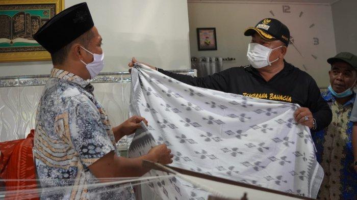 Bupati Nengah Tamba Minta Tenun Endek Loloan Untuk Menonjolkan Ciri Khas Melayu