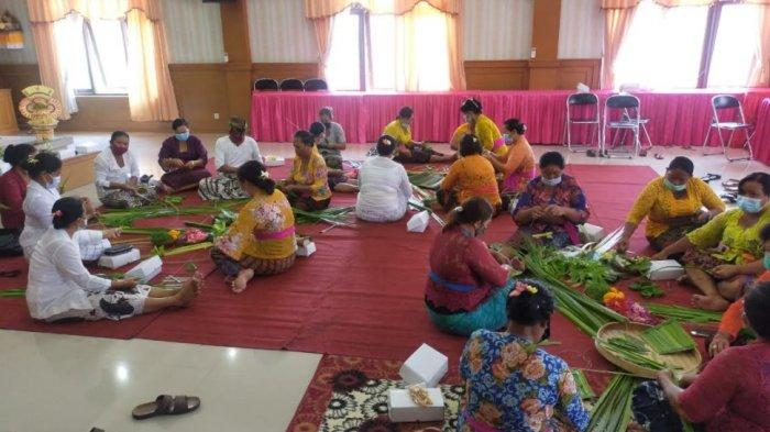 Desa Sidakarya Gelar Pelatihan Serati Banten Caru Ayam Brumbun, Terapkan Protokol Kesehatan
