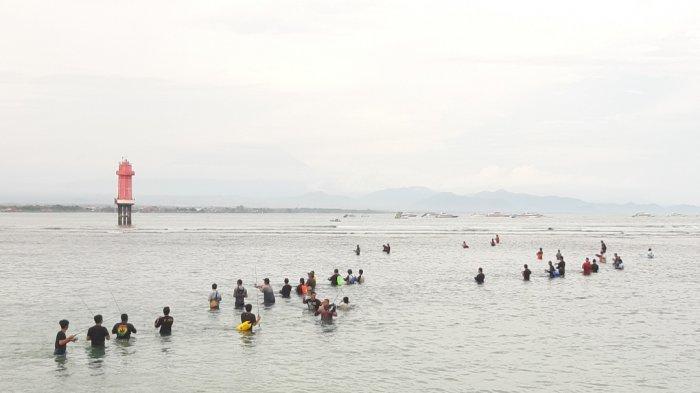 Air Pantai Sanur Surut, Puluhan Pemancing Berburu Cumi-Cumi