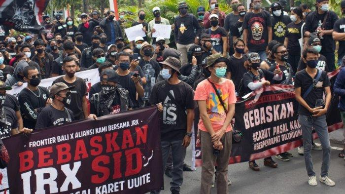 Tuntut Jrx SID Dibebaskan dan Minta Sidang Dilakukan tatap Muka, Ribuan Massa Demo di PN Denpasar.