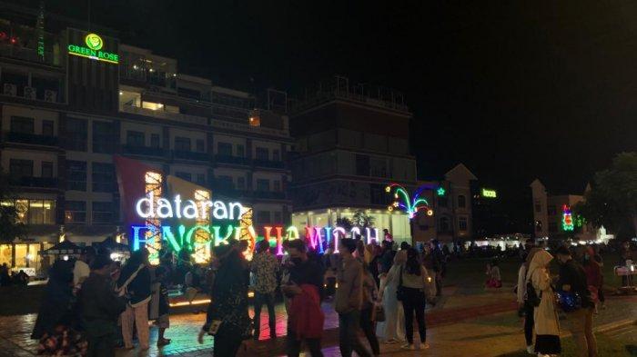 Pesona Dataran Engku Hamidah di Malam Hari, Sediakan Spot Foto Berupa Terowongan Lampu