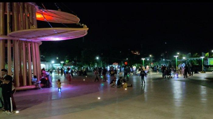 Dihiasi Warna Warni Lampu Hias, Tugu Daun Sirih Emas di Tanjungpinang Jadi Objek Wisata Baru