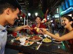 ilustrasi-wisatawan-sedang-menikmati-sajian-di-restoran-singapura.jpg