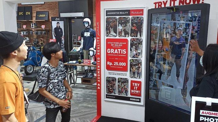 Pengunjung mencoba layanan AR Booth di 3Second, Jalan RE Martadinata No. 61, Kota Bandung