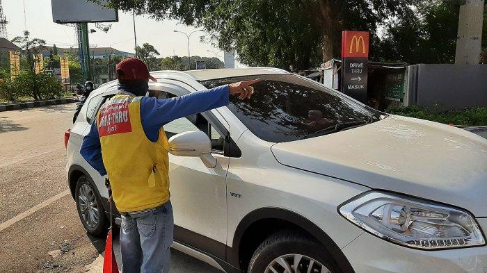 Petugas parkir memberitahu pengunjung menu BTS meal telah habis di McDonald's di Jalan Brigjend Dharsono, Kota Cirebon, Rabu (9/6/2021) sore.