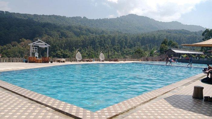 Suasana kolam renang Balong Geulis, di Cibugel, Sumedang,