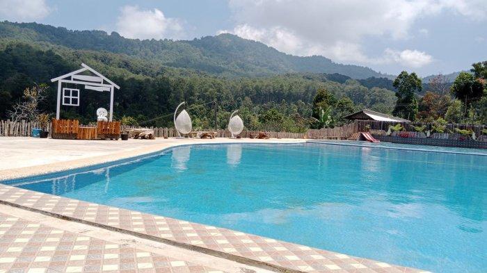 Balong Geulis dibangun di dataran tinggi antara hutan pinus Kareumbi dan Kebun Teh Cibubut.