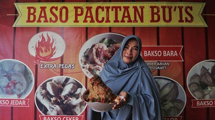 Pemilik Baso Pacitan Bu Is, Giyanti membawa bakso balung sumsum yang merupakan menu favorit di outletnya