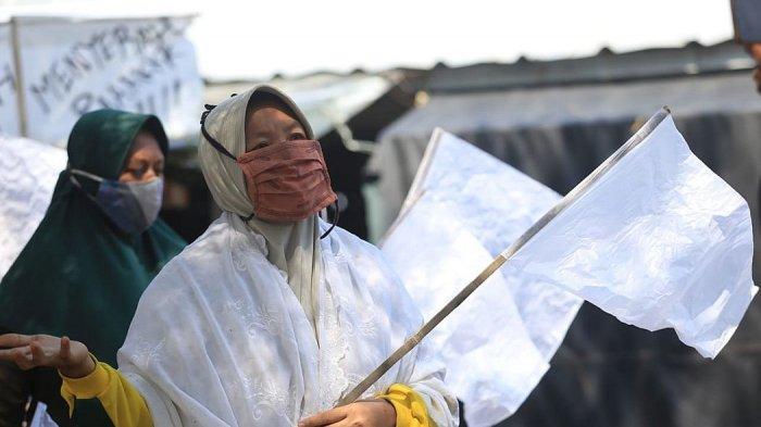 Para pedagang dan pengelola objek wisata mengibarkan bendera putih di Pantai Balongan Indah (Bali) Indramayu, Sabtu (31/7/2021)