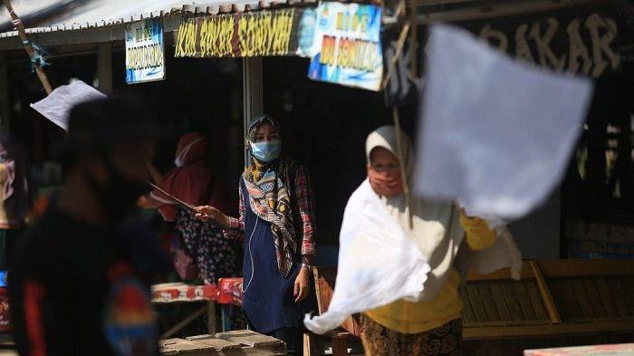 Para pedagang  mengibarkan bendera putih di objek wisata Pantai Balongan Indah (Bali) Indramayu, Sabtu (31/7/2021)