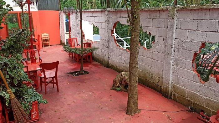 Area Bober Backyard di Jalan Bojongkoneng Atas, Bandung yang penuh warna dan cocok dijadikan  spot foto