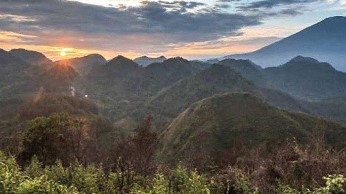 Pemadangan Bukit Sanghyang Dora di Desa Leuwikujang, Kecamatan Leuwimunding, Kabupaten Majalengka