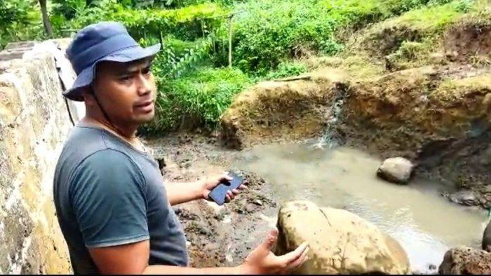 Warga menunjukan lokasi penemuan koin kuno di Kampung Pangkalan Hillir, Desa Cimanggu, Ngamprah, KBB yang akan dijadikan objek wisata air panas.