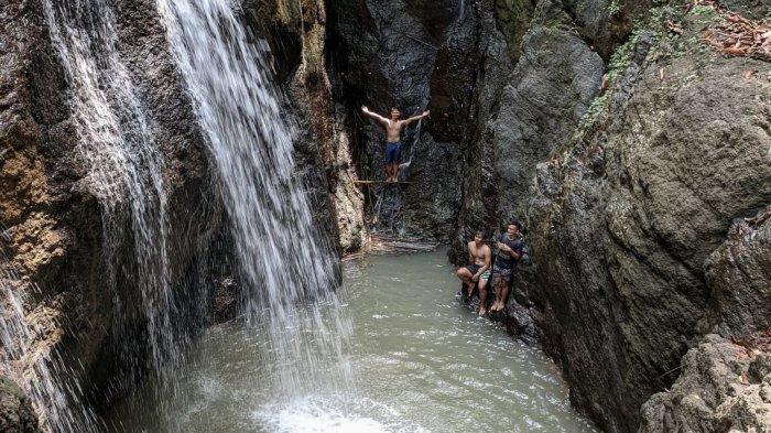 Curug Bunton yang Indah Itu Ada di Tengah Hutan di Banjaranyar, Ciamis. Ada Batu Menggantung