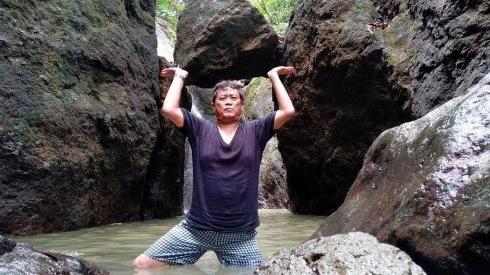 Berpose di bawah batu gantung Curug Bunton, Kecamatan Banjaranyar, Ciamis