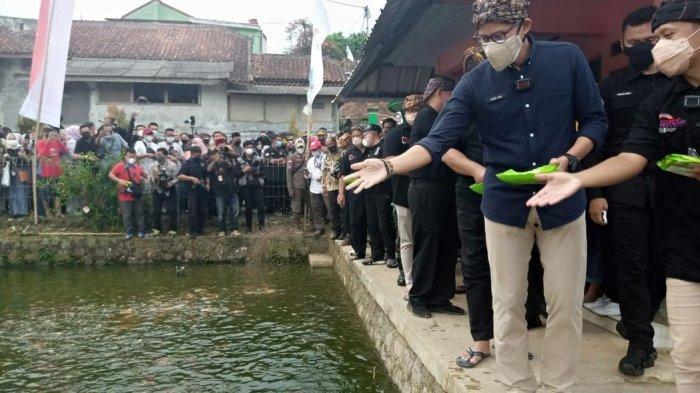 Menteri Pariwisata dan Ekonomi Kreatif Republik Indonesia Sandiaga Salahuddin Uno mengukuhkan Anugerah Wisata Desa Cisande masuk ke 50 terbaik se-Indonesia, Minggu Sore, (5/9/2021)