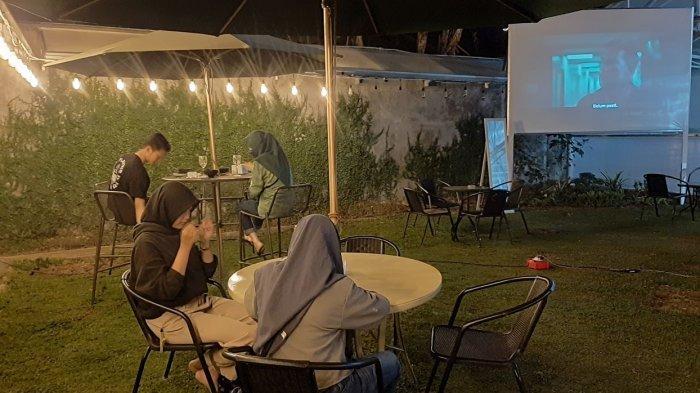Serunya Malam Mingguan Sambil Menonton Film Layar Lebar di Green House Kopi Cirebon