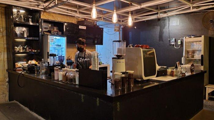 Bar tempat kopi disiapkan dan disajikan di GH Kopi, Kabupaten Cirebon