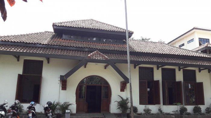 Gedung Indonesia Menggugat di Jalan Perintis Kemerdekaan No 5 Bandung. Gedung ini bekas pengadilan di era kolonial Belanda. Di sini Soekarno diadili.