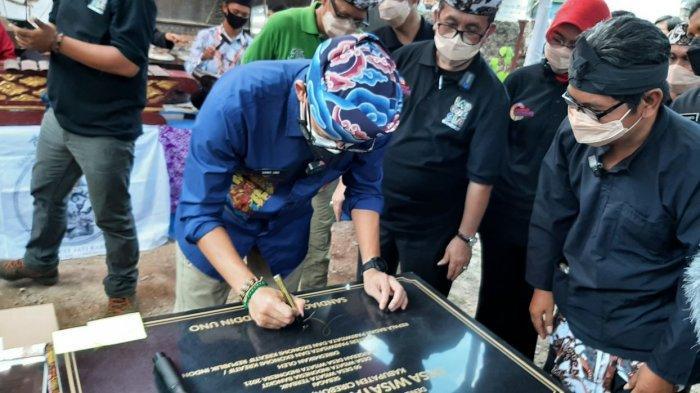 Menparekraf RI, Sandiaga Uno, saat menandatangani prasasti peresmian desa wisata di Desa Gegesik Kulon, Kecamatan Gegesik, Kabupaten Cirebon, Kamis (9/9/2021).