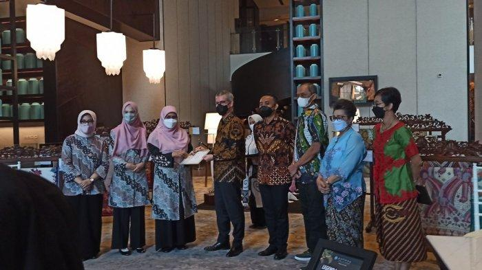 Belanja Kain Batik Hasil UMKM pada Perayaan Hari Batik Nasional di Hotel Pullman Grand Central
