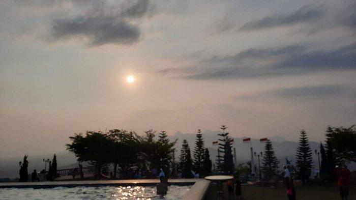 Saat senja di tepi kolam renang di Hidden Valley Hills, Purwakarta