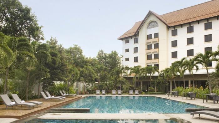 Fasilitas kolam renang di Hotel Santika Cirebon