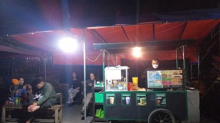 Jongko wedang jahe & kue balok milik Ismail Edwin di halaman Kantor Desa Tanjungsari, Jalan Raya Bandung-Sumedang, Tanjungsari, Kabupaten Sumedang