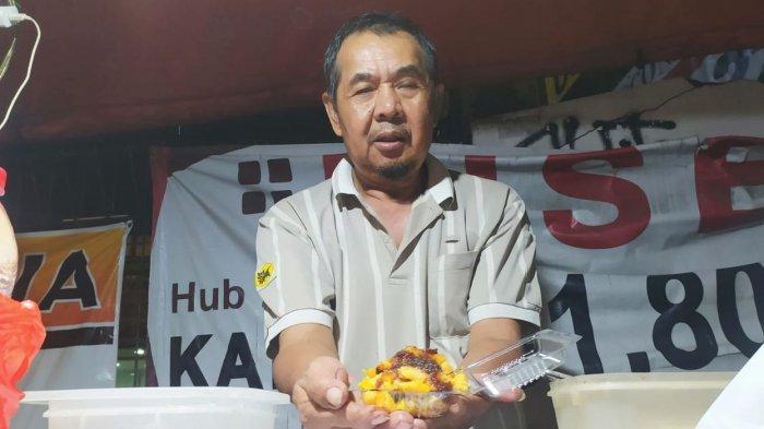 Tatang (59) penjual Jadoel, menunjukan seporsi colenak di lapak dagangnya, Jalan Ir H Djuanda (Dago) Bandung