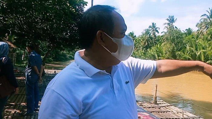 Bupati Jeje Wiradinata di tepi Sungai Putrapinggan saat acara  sosialisasi penanganan sampah ke masyarakat, Minggu (13/6/2021)