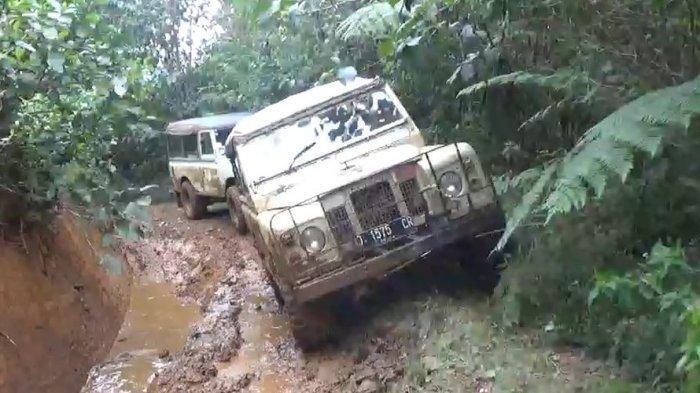 Peserta Jelajah Kopi menggunakan Land Rover menuju penanaman Kopi yang berada di Desa Alam Endah, Rancabali, Kabupaten Bandung