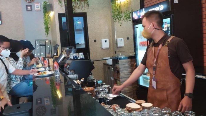 Suasana K Cafe & Coffee Shop di Jalan A.H. Nasution Nomor 958, Antapani, Kota Bandung