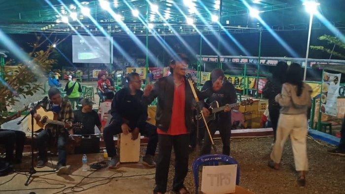 Suasana di Kafe Bukit 21 di Komplek Bukit Mekar Indah, Desa Cimekar, Kecamatan Cileunyi Kabupaten Bandung