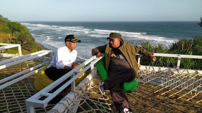 Wagub Jabar Uu Ruzhanul Ulum mengobrol bersama Wakil Bupati Cianjur di kawasan wisata Pantai Karangpotong Sindangbarang, Rabu (8/9/2021)