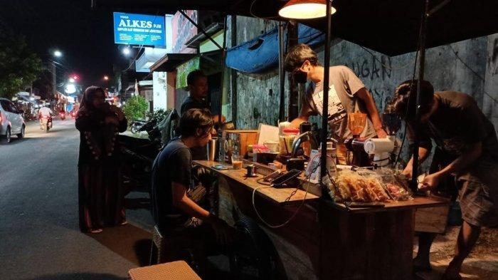 Nongkrong di Kopi Ulin, Sajikan Ngopi Ala Kafe di Pinggir Jalan Kawasan Kota Tua Indramayu