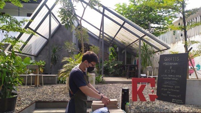 Barista Kozi Coffee di Jalan Dipatiukur menyiapkan kopi untuk dibagikan kepada warga, Senin (5/7/2021)