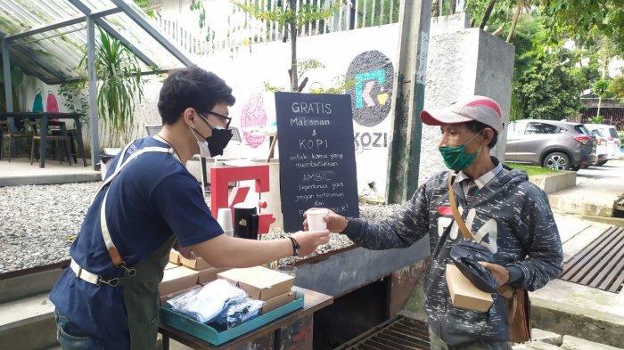 Kozi Coffee di Jalan Dipatiukur Bandung, berbagi kopi dan makanan bagi warga, Senin (5/7/2021)