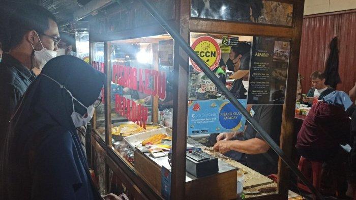 Pisang keju Papaday  di pusat kuliner malam, Jalan Cibadak, Kota Bandung